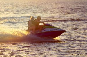 jet_skiing_at_lake_800_72